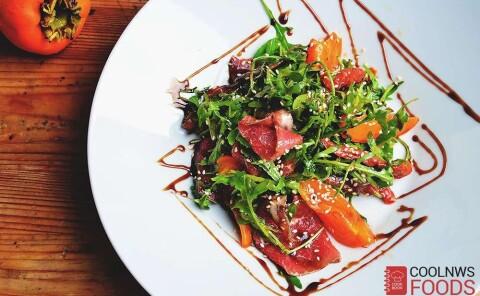 Салат с хурмой, брезаолой и вялеными томатами