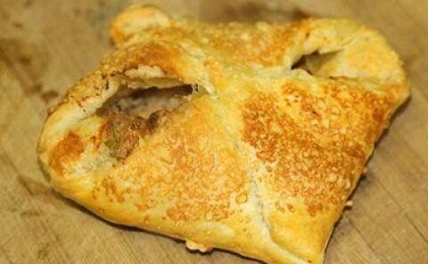 Пирожки с луком и козьим сыром