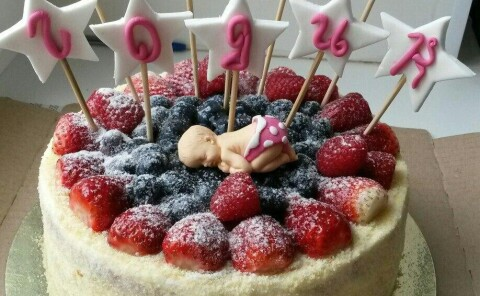 Торт с ягодами и младенцем
