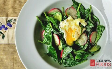 Салат из черемши с яйцом пашот