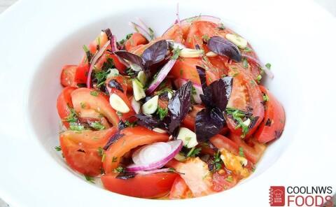 Салат из летних помидоров с фиолетовым базиликом