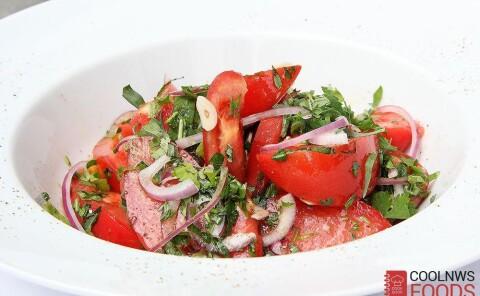 Салат из помидоров с летними травами