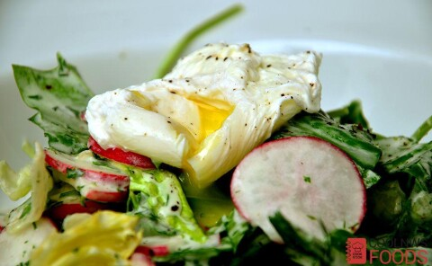 Салат с беконом и яйцом пашот