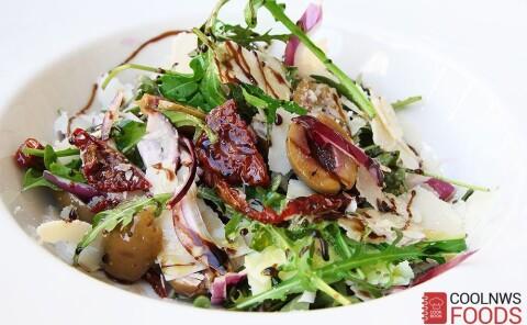 Салат с рукколой, оливками и пармезаном
