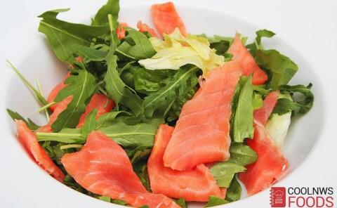 Салат с подкопченым лососем и рукколой