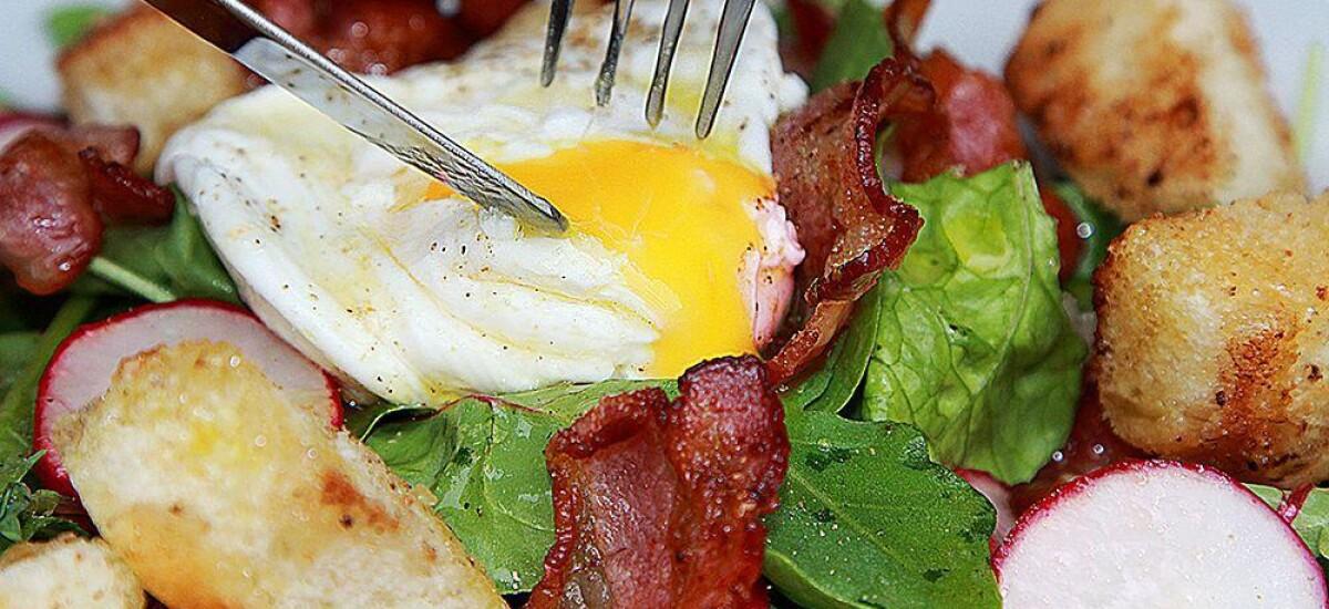 CoolWNS · Салат со свекольной ботвой,  беконом и яйцом Пашот