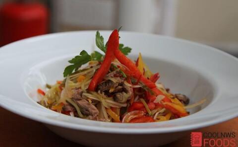 Пряный салат с ростбифом