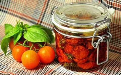 Вяленые томаты с ароматными травами