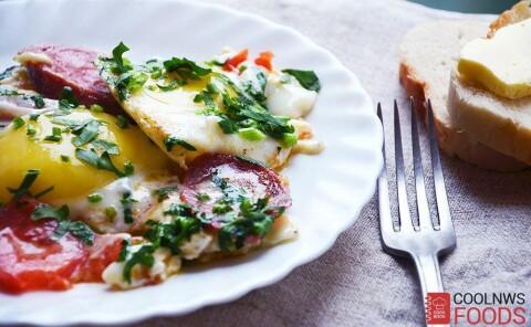 Яичница с краковской колбасой и помидорами