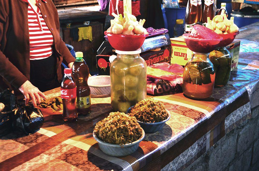 лавка солений на рынке в грузинском городе Телави