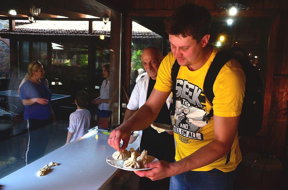 готовлю хинкали в Грузии г. Мцхета