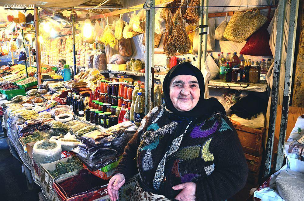 бабушка - продавец специй на рынке в Баку