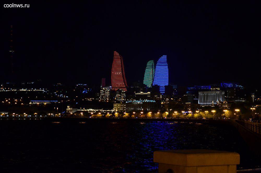 Ночью башни подсвечиваются как языки пламени Flame Towers