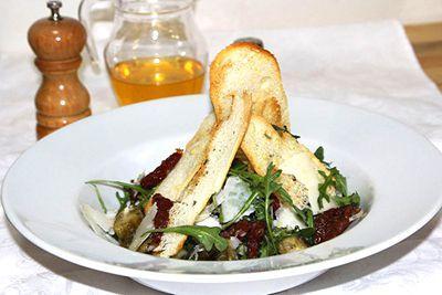 салат из печеных баклажанов и рукколой